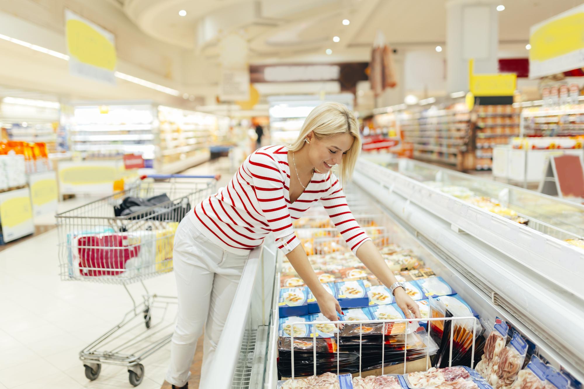 женщина покупает замороженные полуфабрикаты